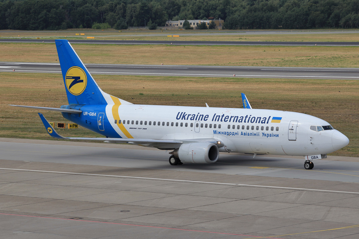 Ehemals in den Farben der Virgin Express unterwegs war diese Boeing 737-300 der Ukraine International.