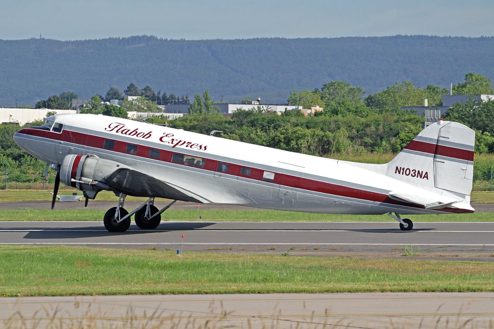 N103NA - Diese schöne Douglas DC-3 (s/n 9531) wurde 1943 in Long Beach als eine C-47A-30-DL hergestellt. Heute ist sie am Flabob Airport beheimatet (ein kleiner Flugplatz, etwa sechs Kilometer nordwestlich von Riverside, Kalifornien).