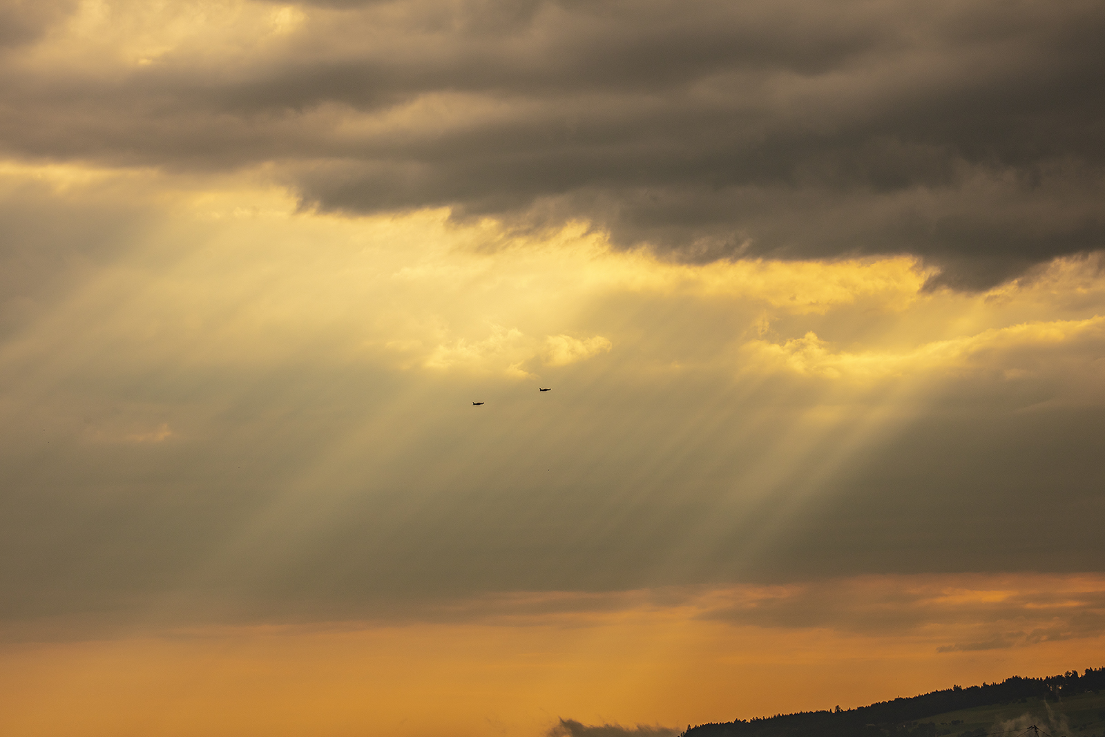 Zwei PC-21 entschwinden in den Sonnenaufgang.
