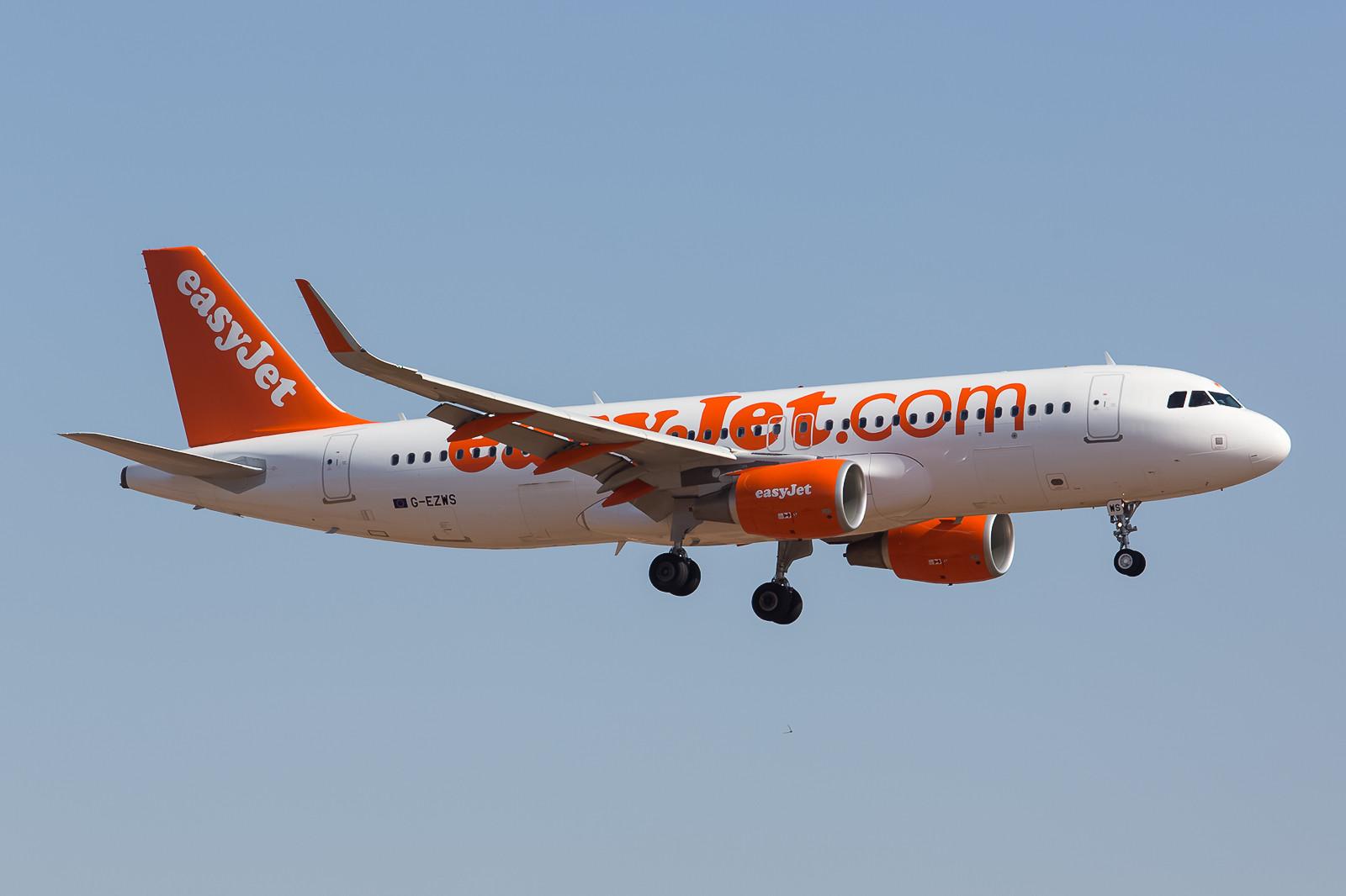 Einige Dinge bekommt man immer dort zuerst, wo man nicht mit ihnen rechnet. Easyjet Airbus A320 mit Sharklets.