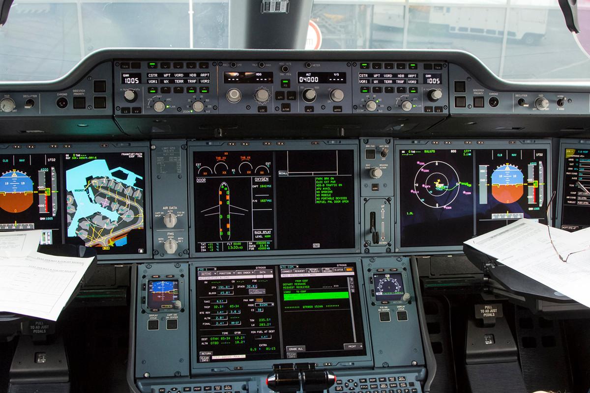 Das Cockpit ist im typischen Airbus-Style gehalten und sehr aufgeräumt.