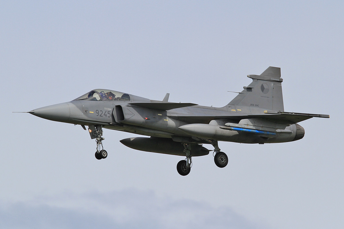 Eine Saab JAS 39C mit blauen Übungsraketen.