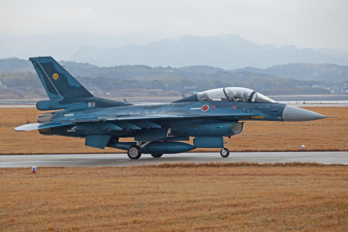 Auch einige Doppelsitzer F-2B sind in Tsuiki. Leider war das Wetter morgens noch sehr feucht und die Wolken hingen tief.