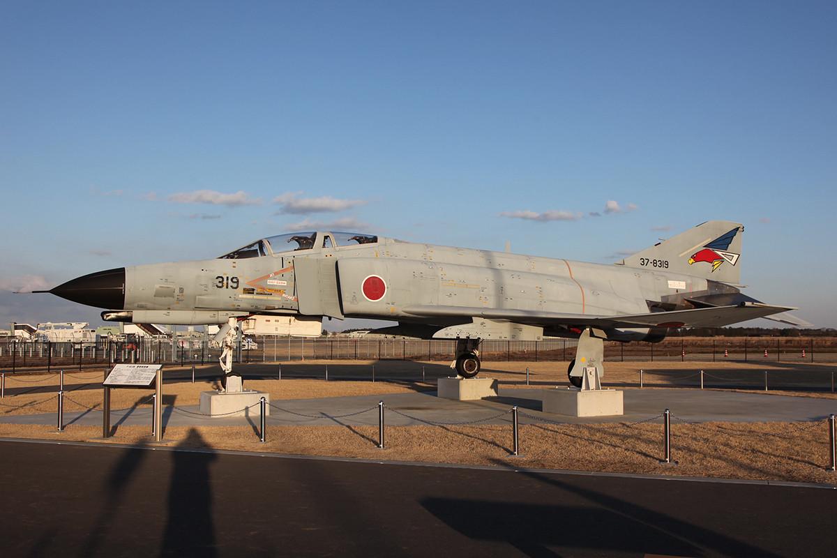Neben dem Zivilterminal findetman diese F-4EJ und .....