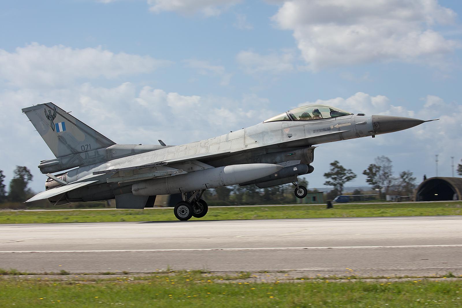 071, General Dynamics F-16C Block 50 der 347 Mira aus Nea Anghialos.