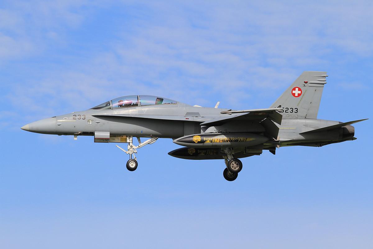 F/A-18D mit bunten Außentanks.