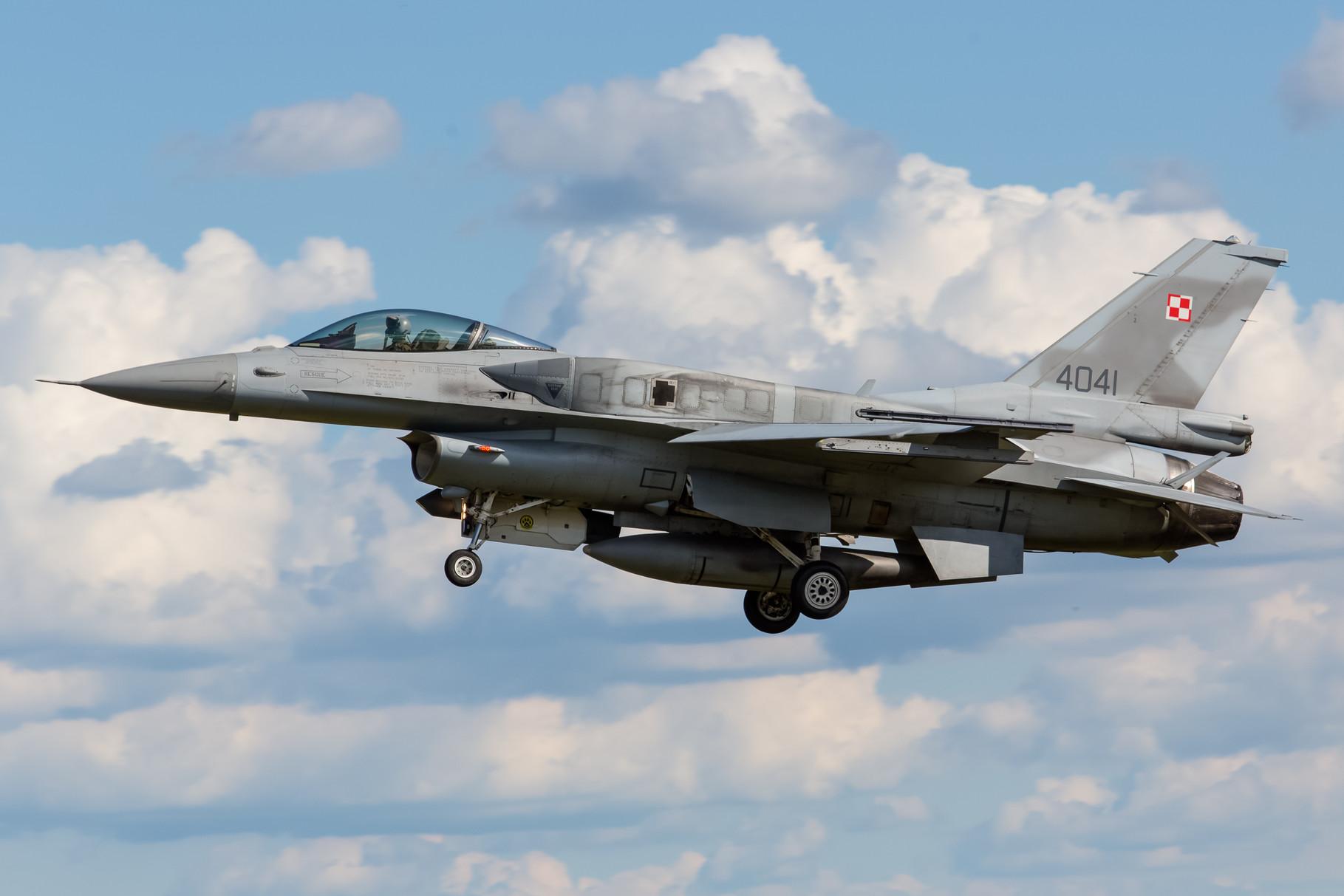 Polnische F-16C mit den Overwingtanks.