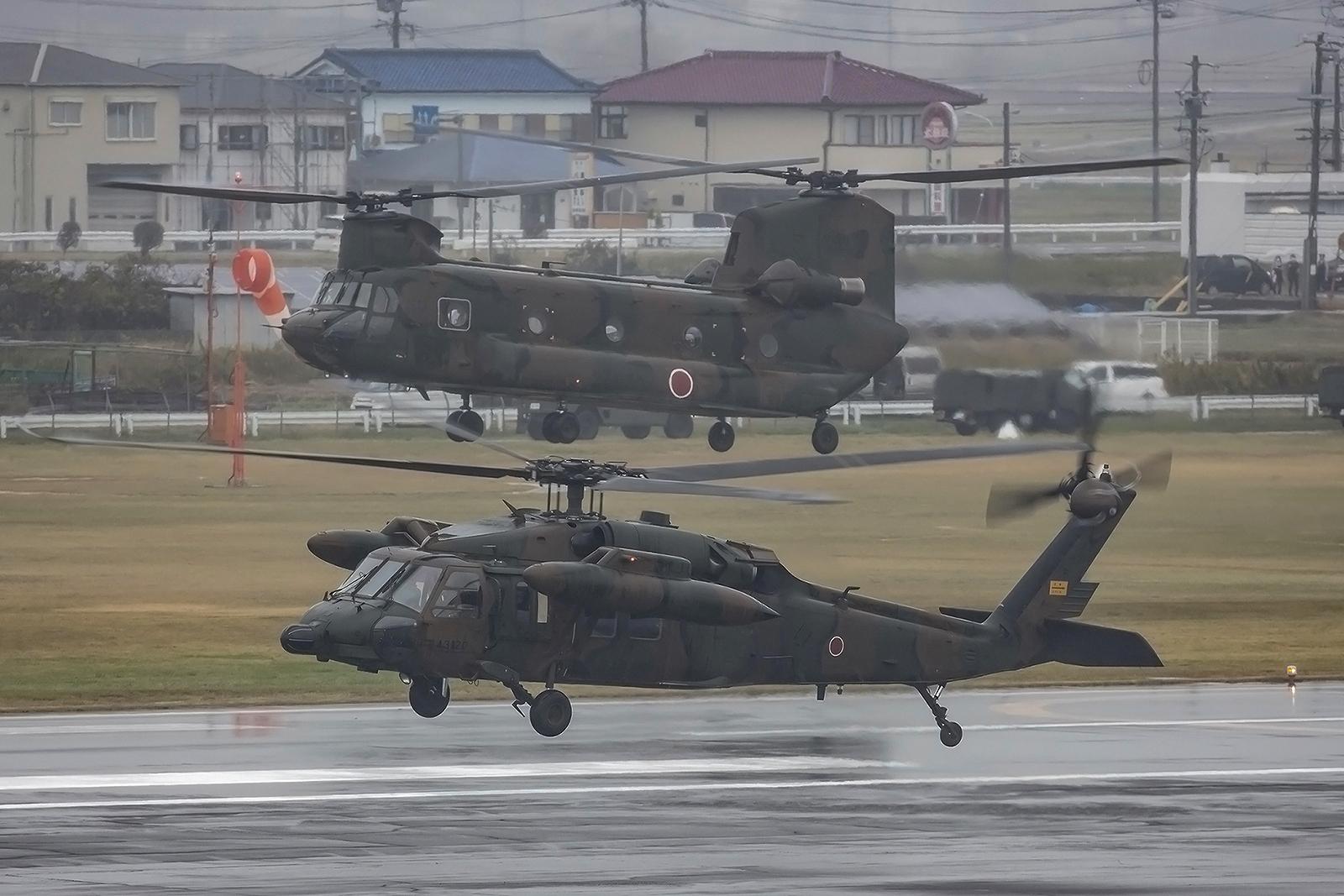 22 Hubschrauber heben synchron ab, was für eine Performance.