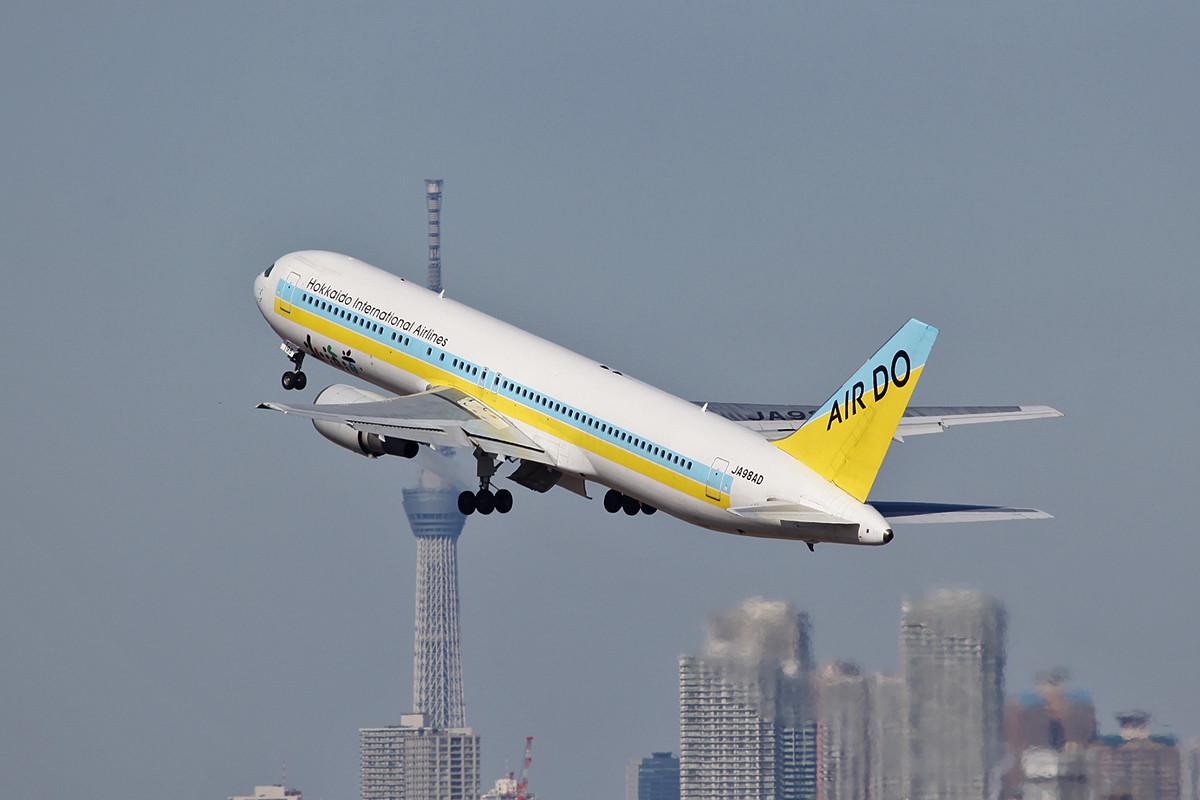 Boeing 767-300 der Air Do vor dem Tokyo Sky Tree.