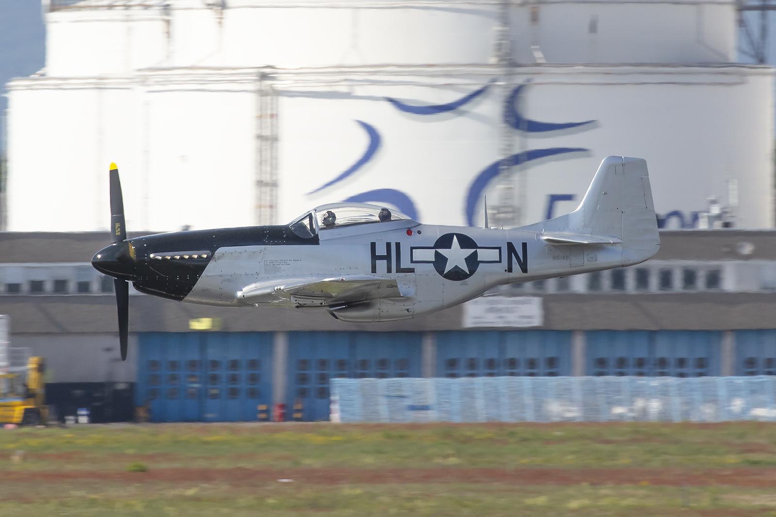 Im Tiefstflug schoß diese P-51D Mustang von Meiermotors über die Südpiste.