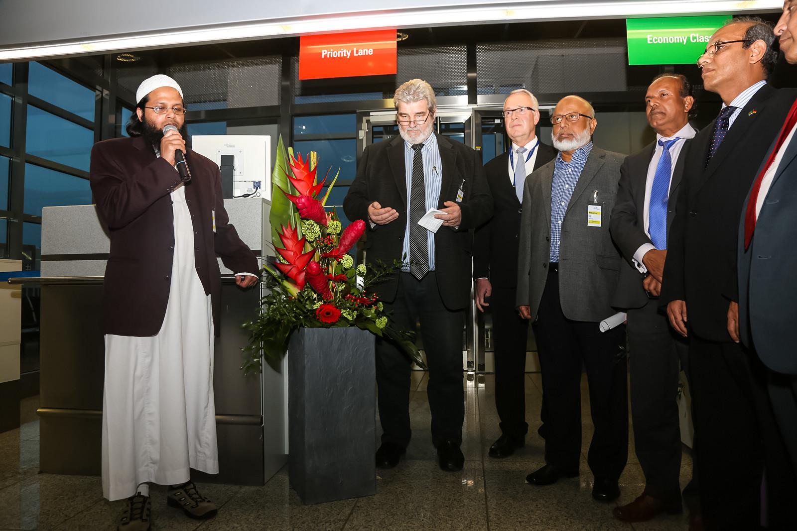 Segnung durch einen Imam. Neben Kevin Steele, stehen Peter Schmitz (Vorstand Operations FRAPORT) und Air Marshal Jamal Uddin Ahmed (Chairman der Biman)