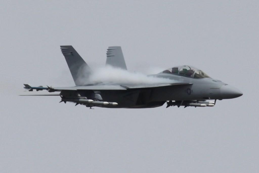 F-/A18F Super Hornet im Display geflogen von Boeings Cheftestpilot.