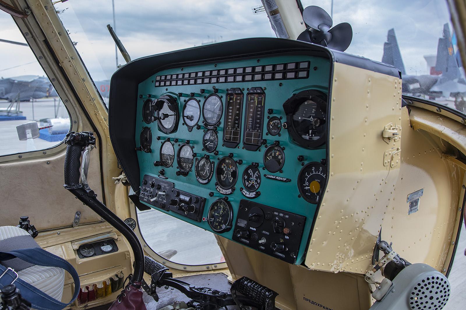 Das Cockpit der PZL Mi-2