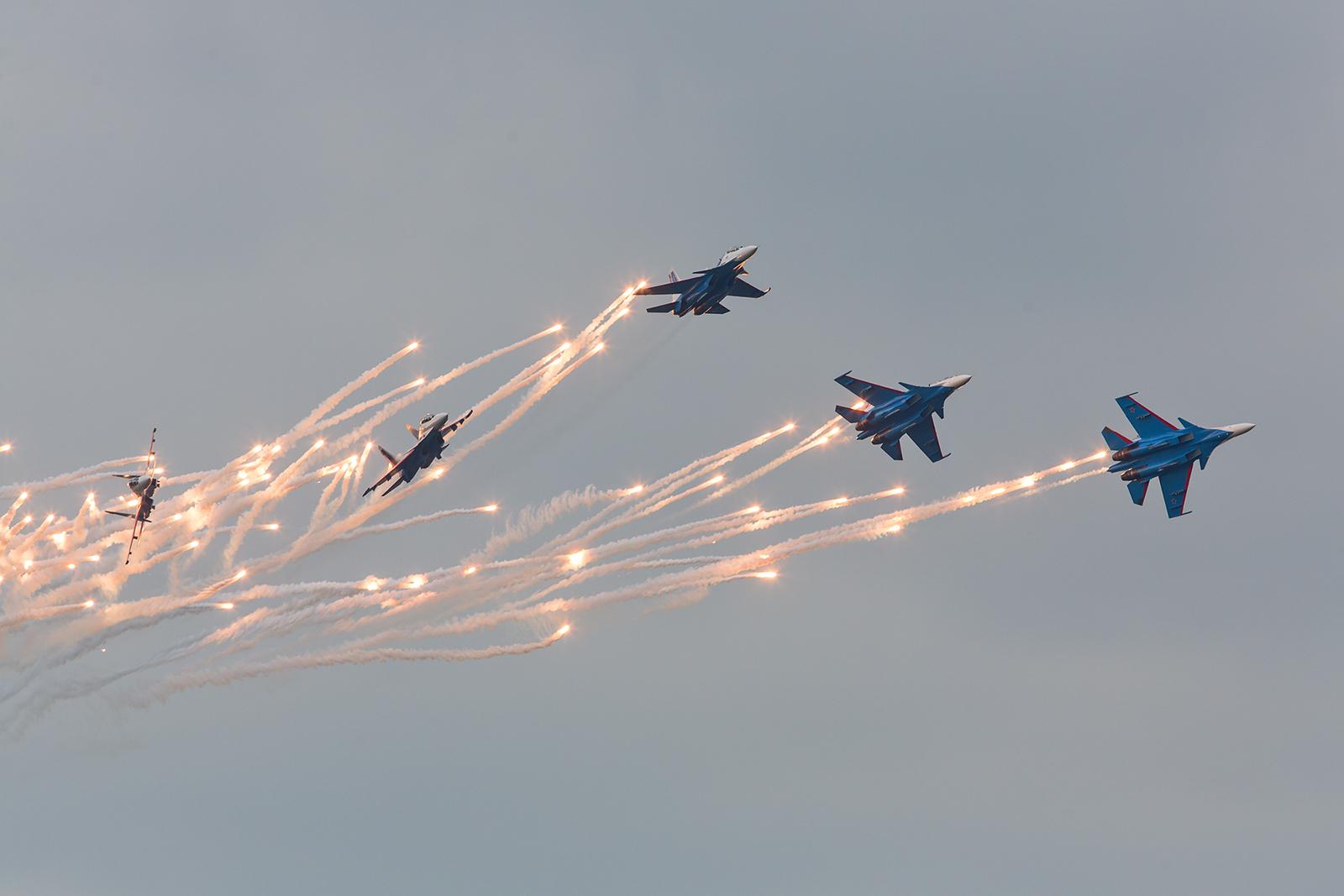 """Der Split der """"Russian Knights"""" mit reichlich Feuerwerk."""