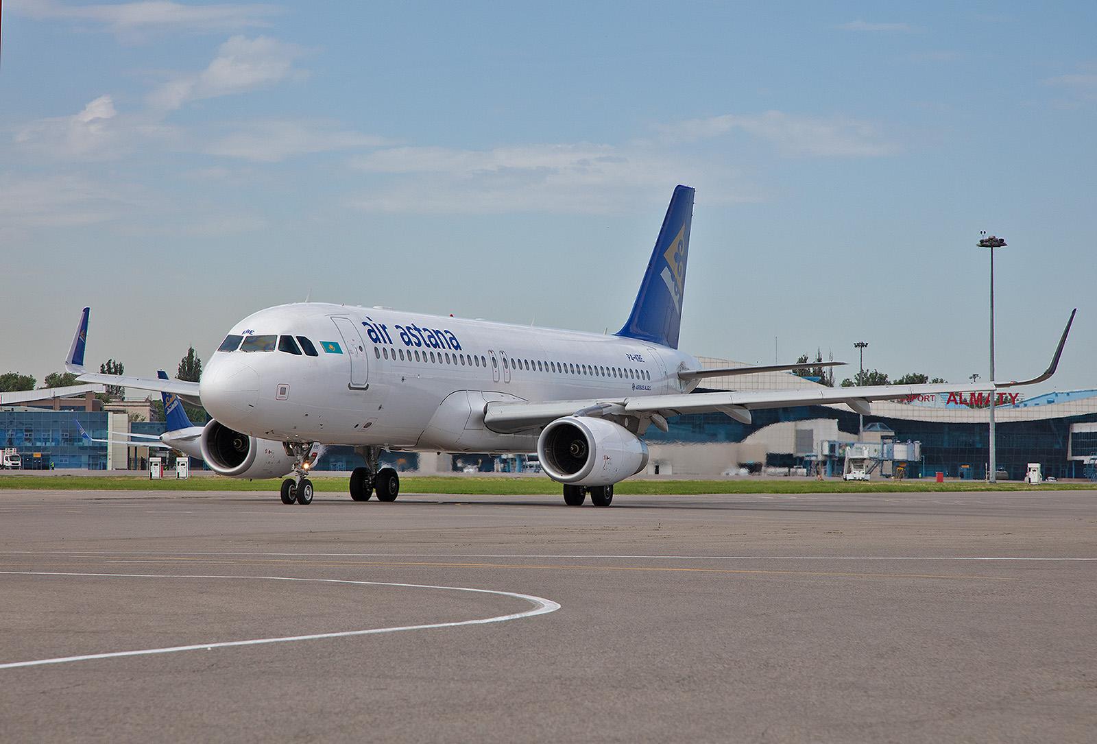 Airbus A 320 der Air Astana auf dem Weg zum Start.