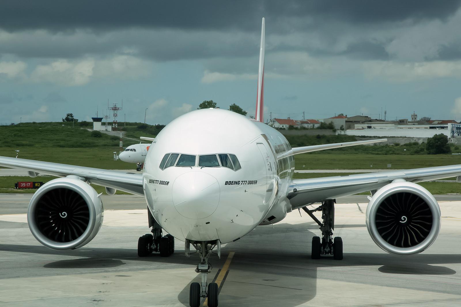 Wie auch anderswo üblich, Emirates mit Boeing 777-300ER.