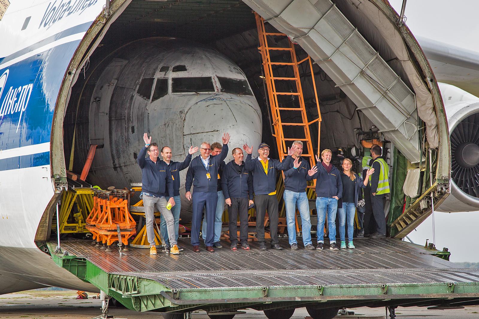 Ein Teil der Crew von LH-Technik mit der Maschine.