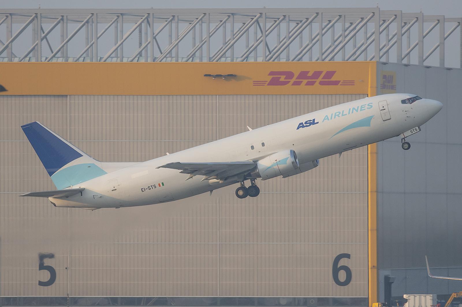 Gut rum gekommen ist diese Boeing 737-48E(SF) der ASL Air aus Irland. Vorher flog sie in Indien, der Türkei und in Russland.