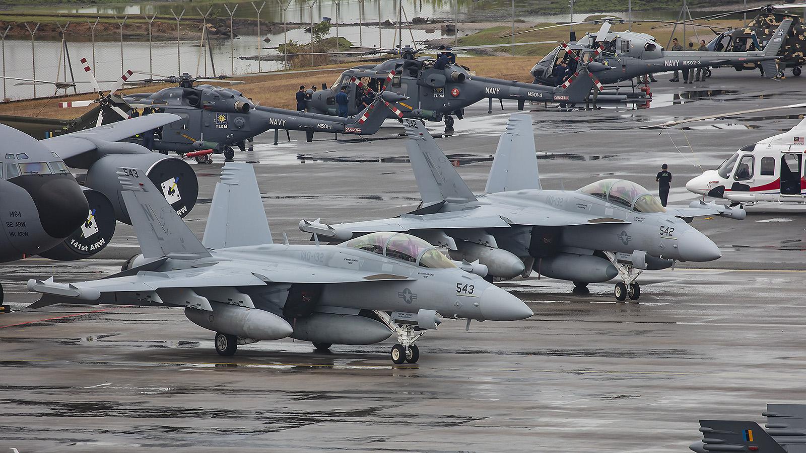 """Zwei EA-18G Growler der VAQ-132 """"Scorpions"""" aud Whidbey Island im US-Bundesstaat Washington."""