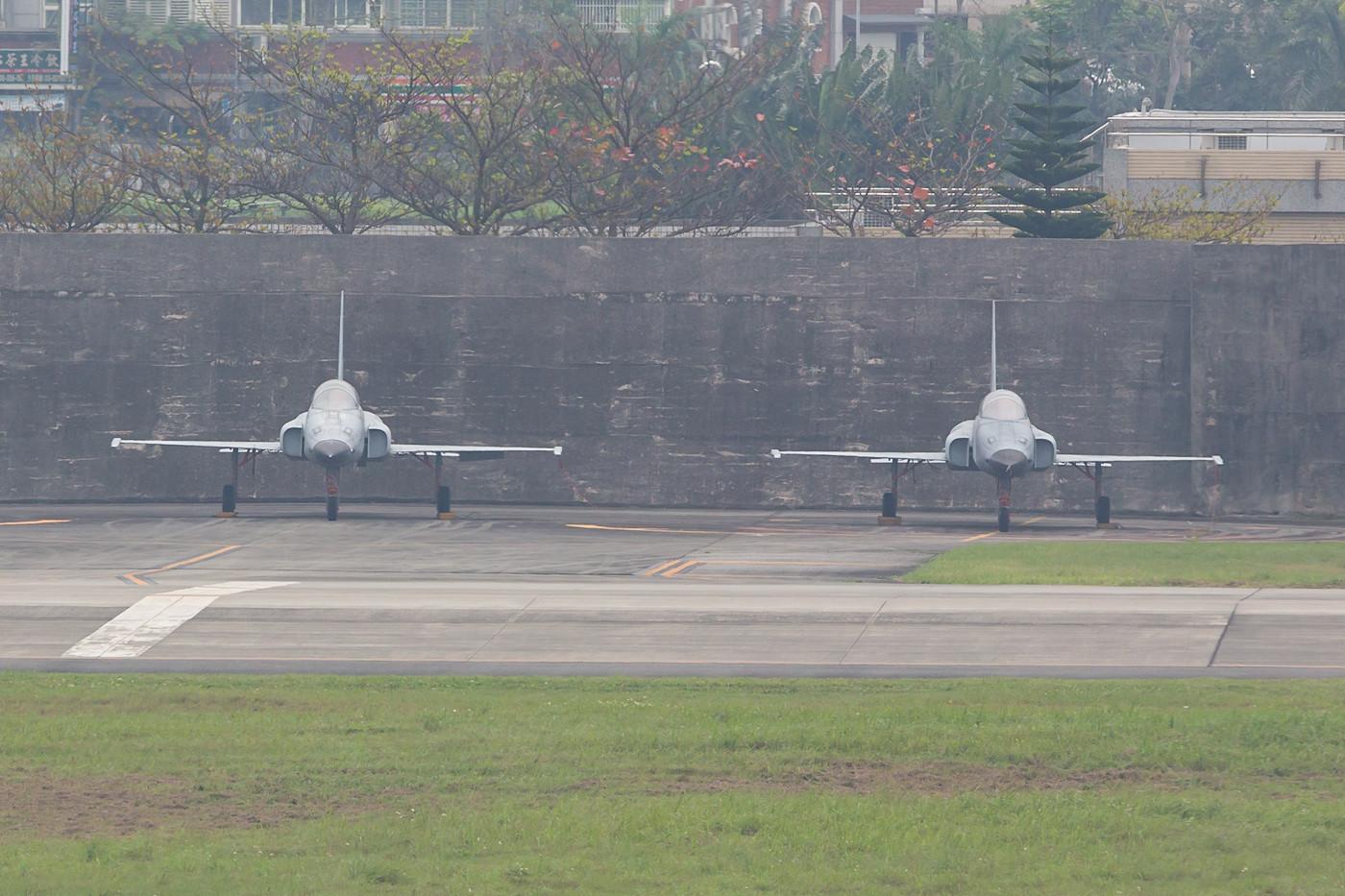 Zwei F-5 abgestellt auf der Rampe