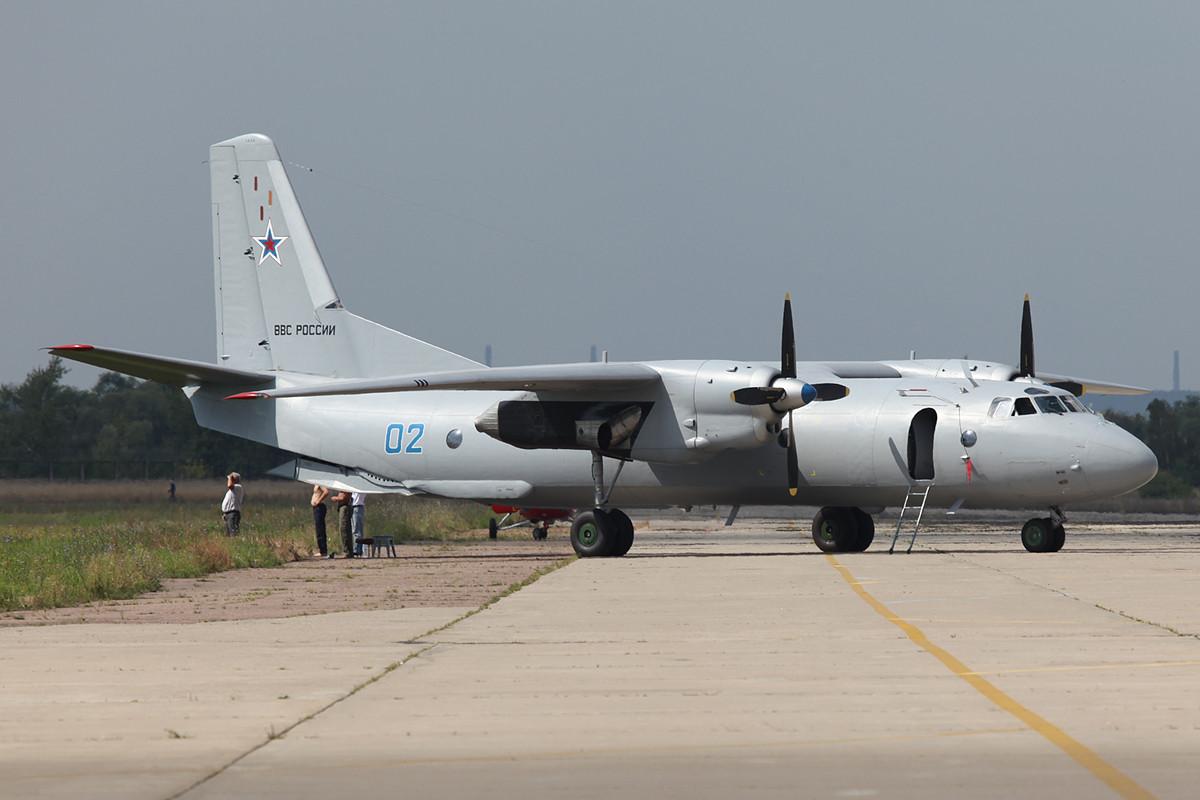 Mittleres Transportflugzeug Antonov AN-26.