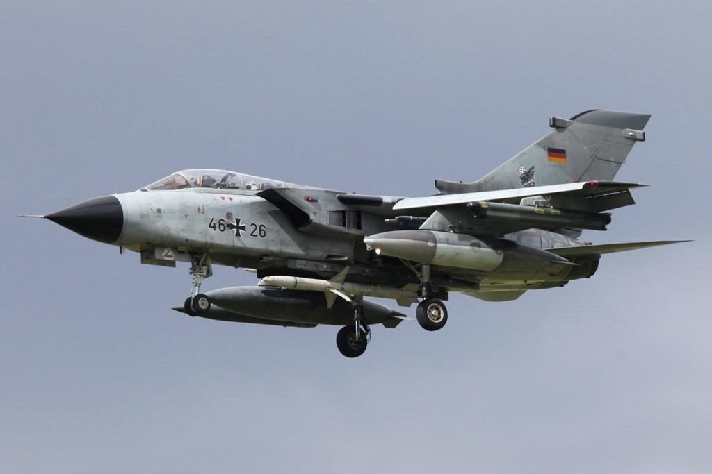Ein deutscher Tornado ECR beim TLP in Albacete. Die markanten Unterschiede sind die fehlende Bordkanone und die Anti-Radar-Rakete HARM unter dem Rumpf.