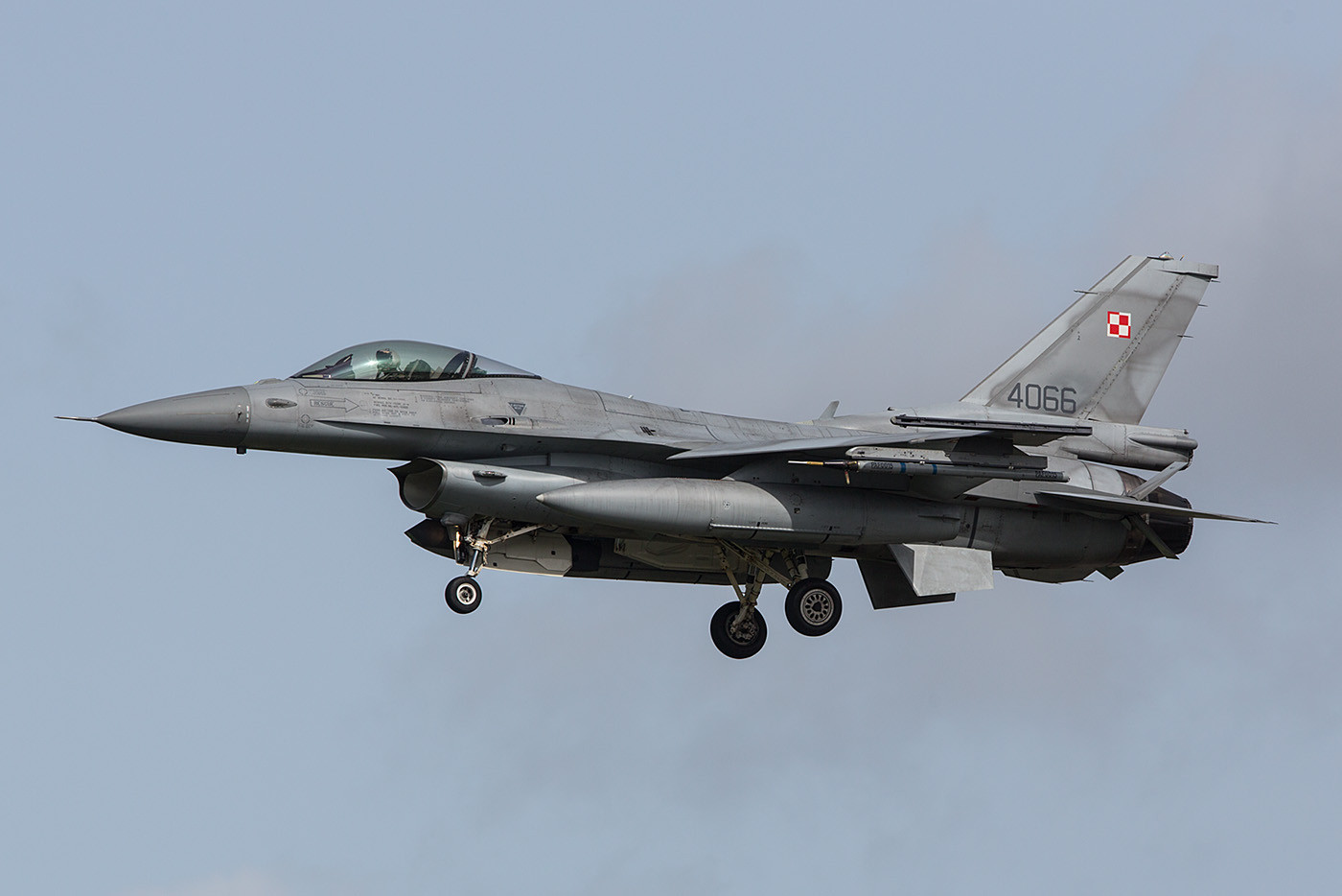 Leider zogen die polnischen F-16 beim Start derart nach oben,.....