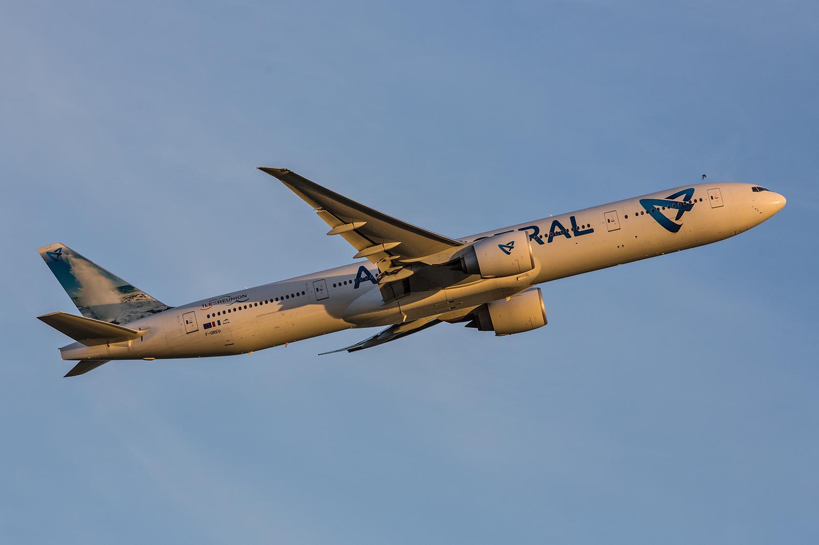 Ein Lotteriespiel ist es die Boeing 777 der Air Austral noch bei Licht zu bekommen. Oftmals haben sie Verspätung und fliegen erst im Dunkeln ab.