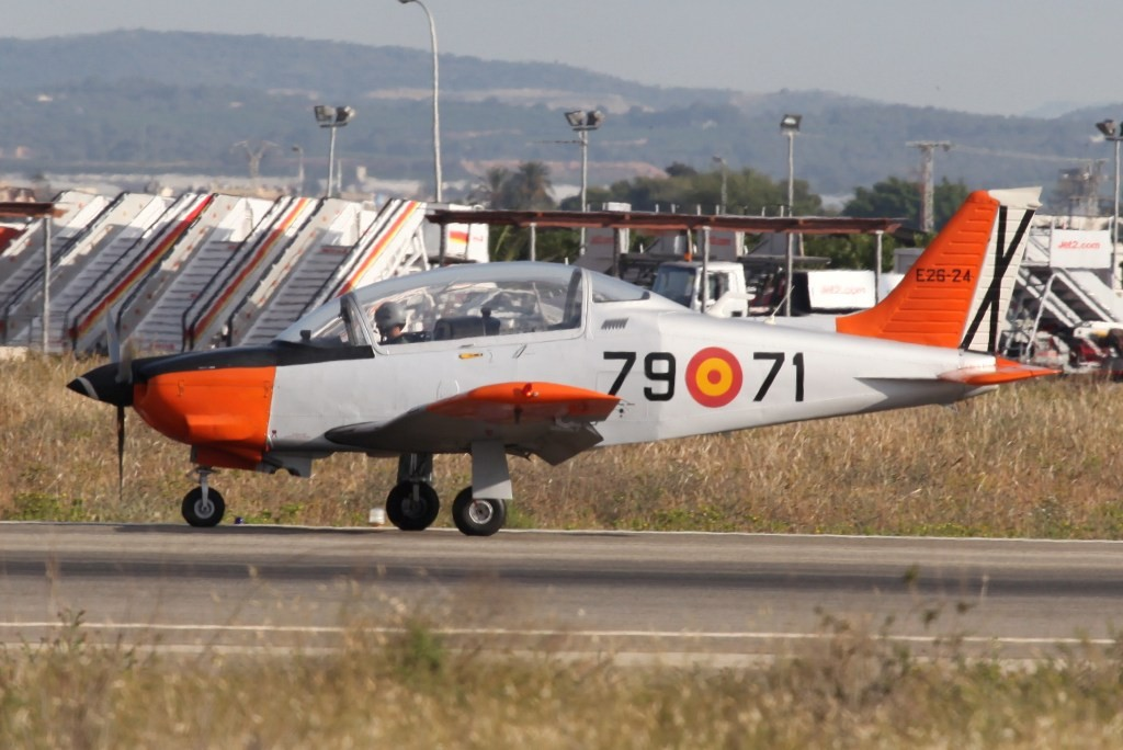 Die T-35 sind die ersten Flugzeuge, die die Pilotenschüler fliegen.