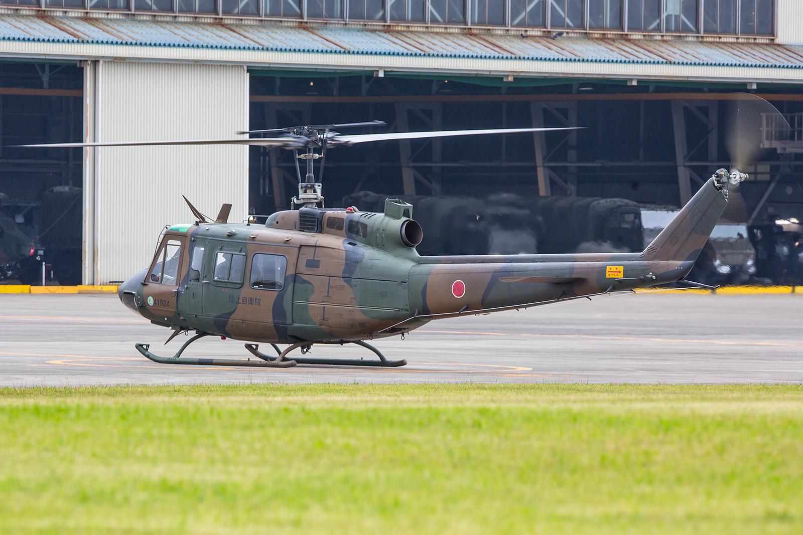 Eine UH-1 läßt an.