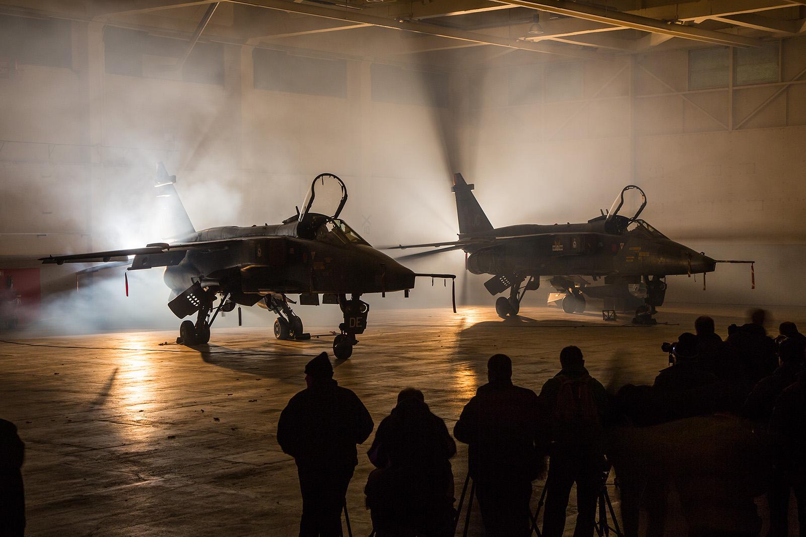 Dicht umringt stehen die zwei Jaguar FG.1A im Nebel.