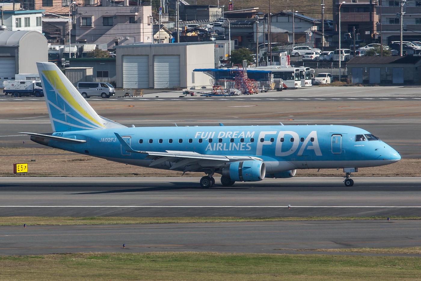 Neun Embraer betreibt die FDA auf innerjapanischen Strecken. Hier die JA02FJ eine EMB 170.