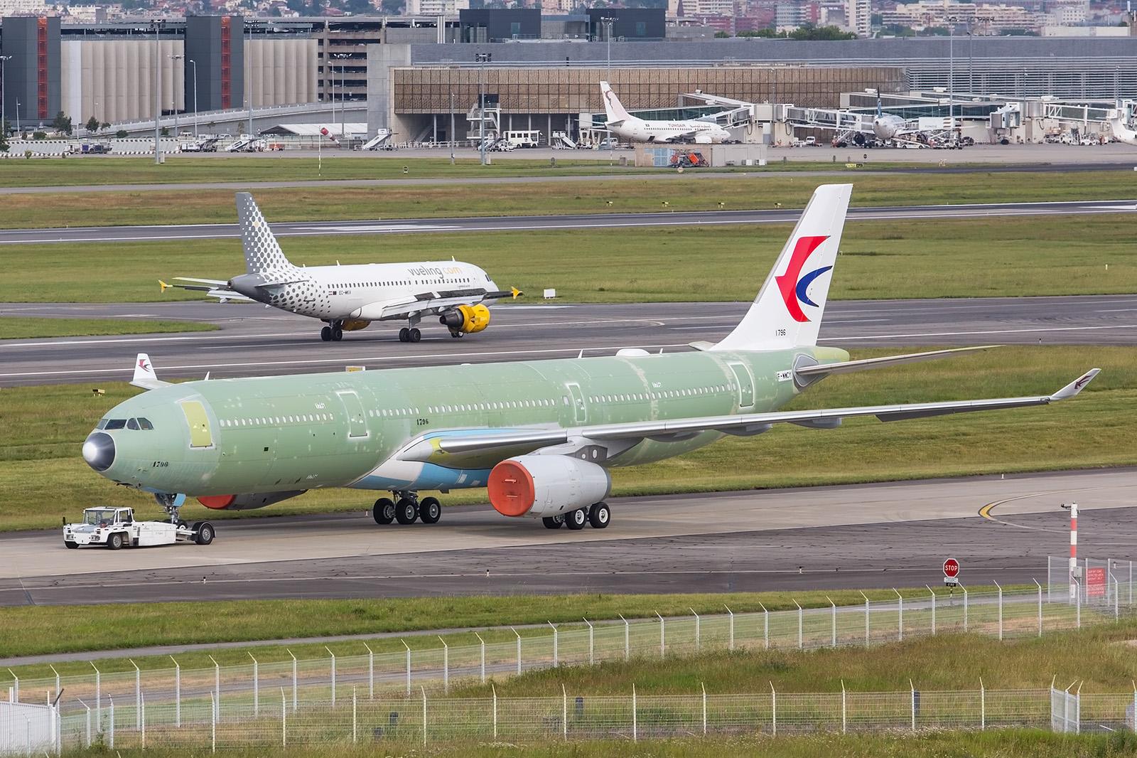 Noch fast ohne Farben präsentiert sich diese A330 für China Eastern.