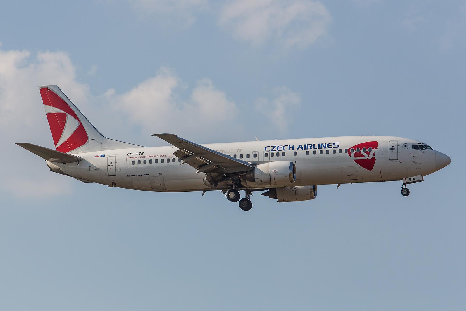 Diese Boeing 737-49R gehört eigentlich der Slovakischen Go2Sky. Derzeit bedient sie allerdings wieder Routen für die CSA.