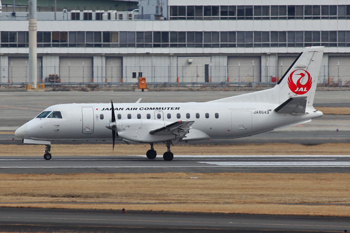 """Kleine Saab 340 in den neuen """"Farben"""" der JAL."""