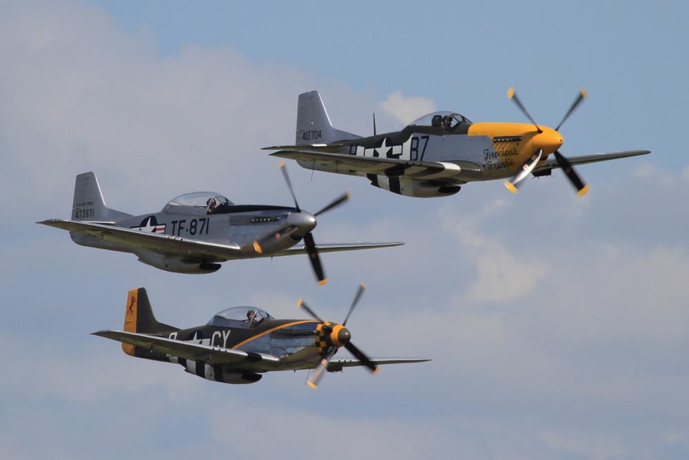 Formation aus drei P-51 Mustangs.