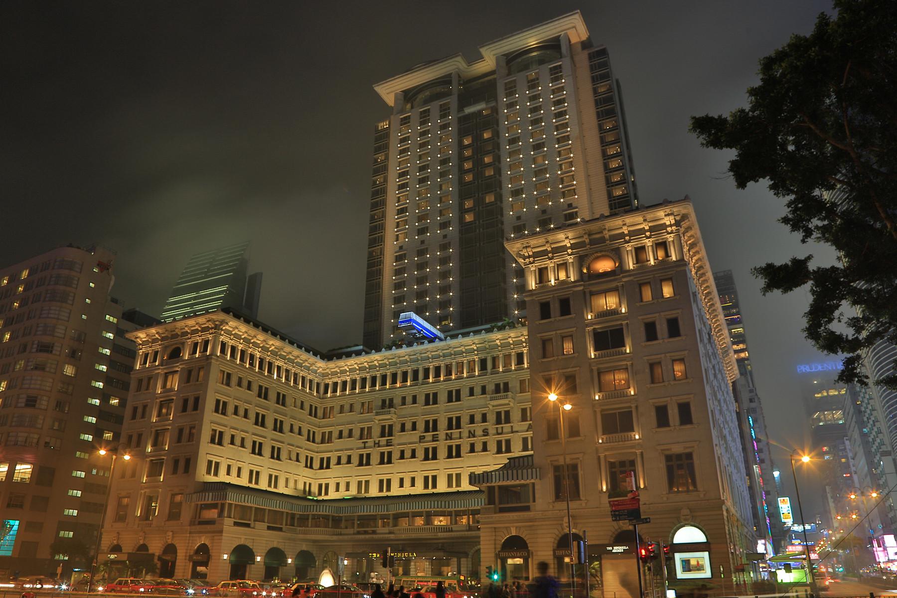 """Das """"The Peninsula"""" ist eines von Hongkongs exclusivsten Hotels. Roger Moore drehte hier 1974 einige Szenen zudem James Bond Film """"Der Mann mit dem Goldenen Colt""""."""