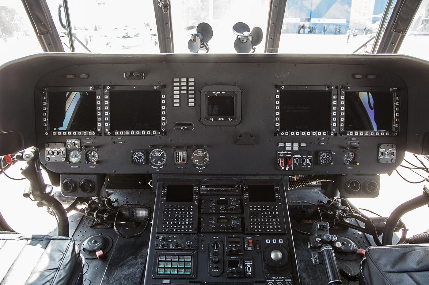 Das Cockpit dr Mi-17V-5 besteht nur noch aus Bildschirmen.