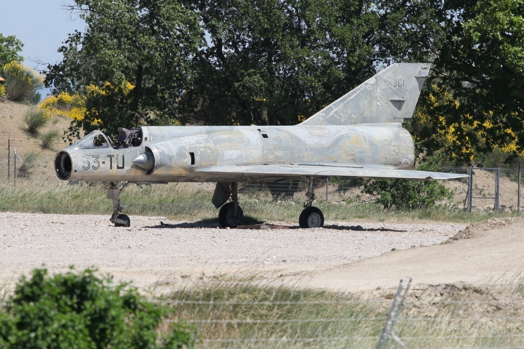 Die Feuerwehr übt an dieser Mirage III.