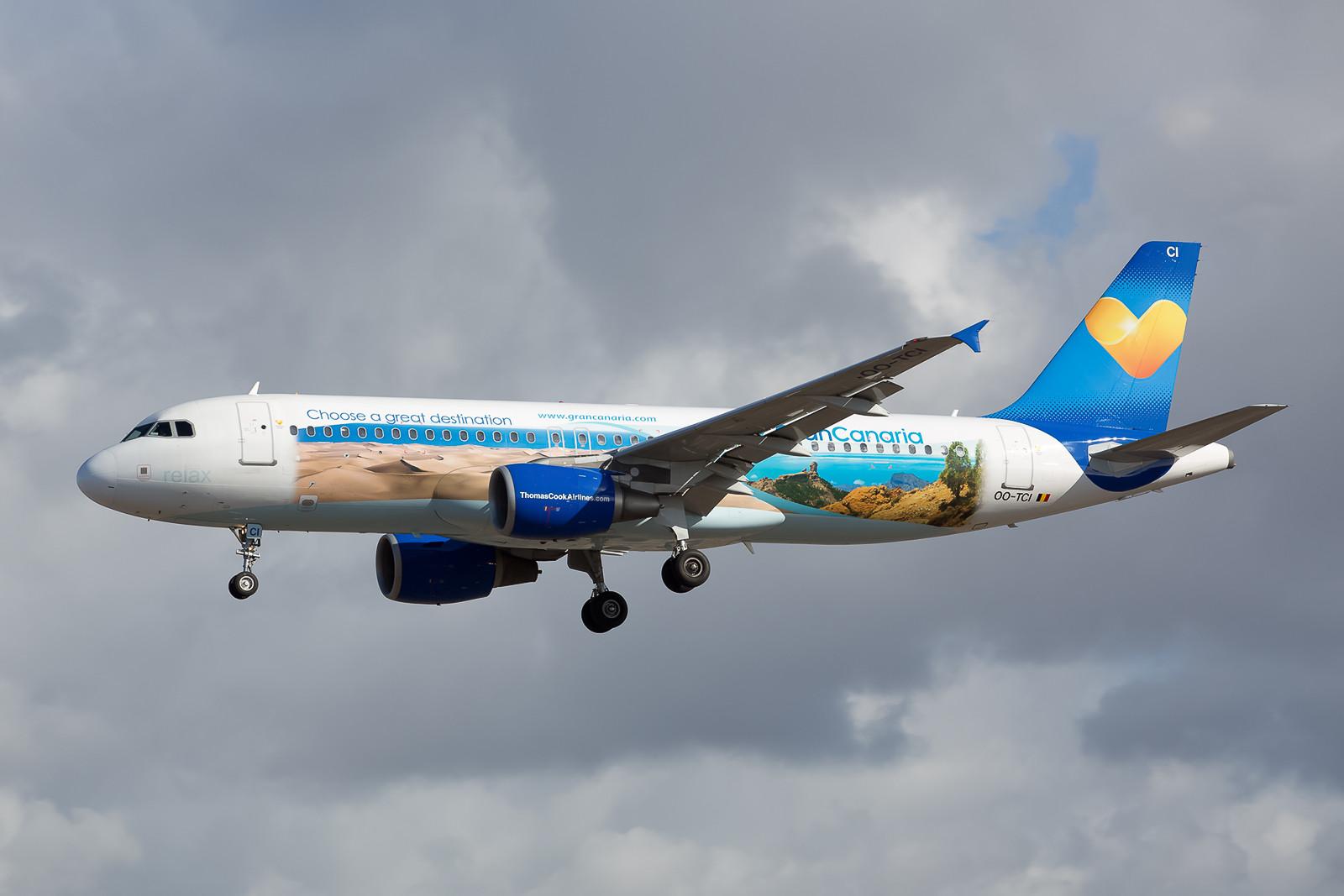 Für die Nachbarinsel Gran Canaria macht dieser Airbus 320-214 Werbung. Die OO-TCI war früher mal bei Azzurra Air als EI-DBD unterwegs.