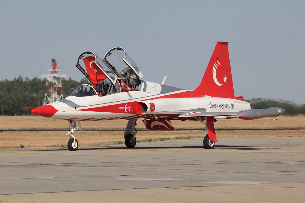 NAch der Landung mit den Flaggen der Türkei und Ungarns