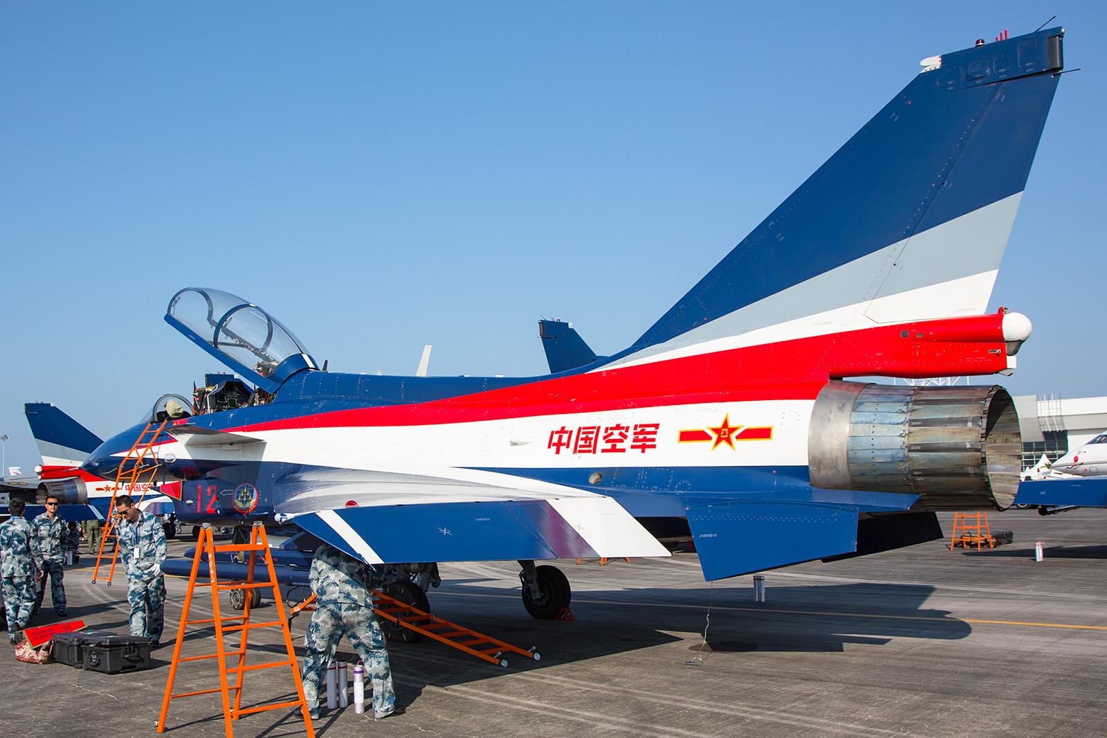 An einem Doppelsitzer J-10S werden die Rauchkörper installiert.