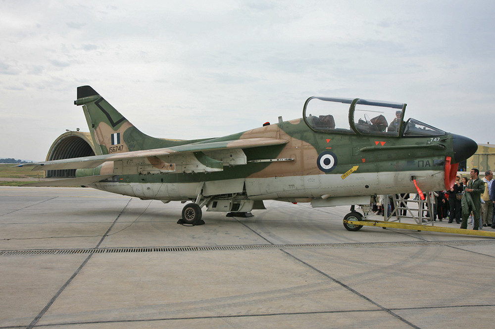 Auch schön sind die Doppelsitzer der Corsair die TA-7C.