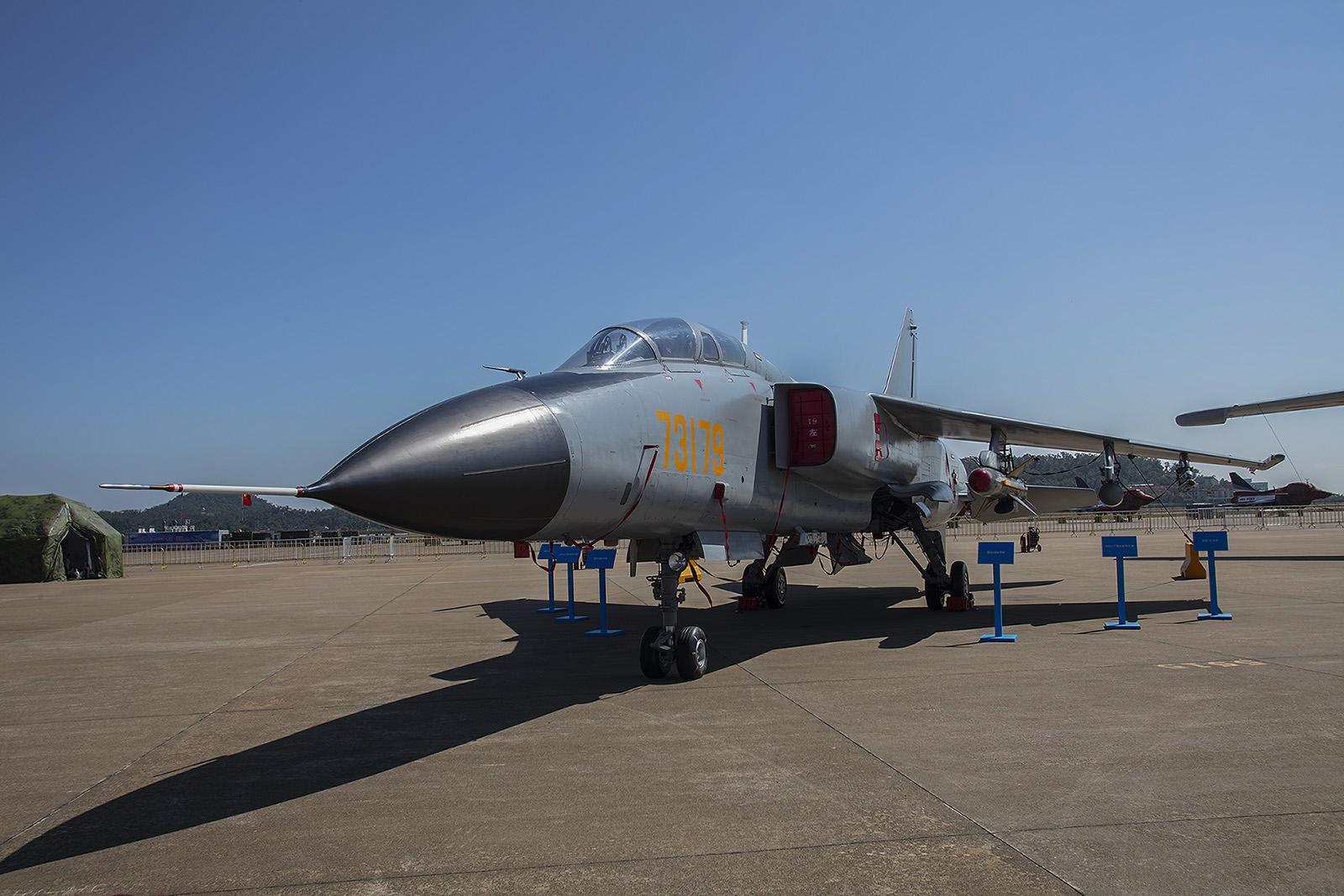Noch so ein Exot ist die Xian JH-7, ein Jagdbomber. Sie ersetzte u.a. die Harbin H-5, ein Lizenzbau der Ilyushin Il-28.