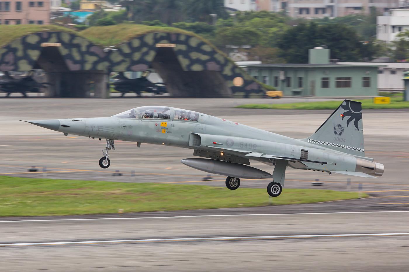Nach gut einer Stunde kamen auch die F-5 zurück.