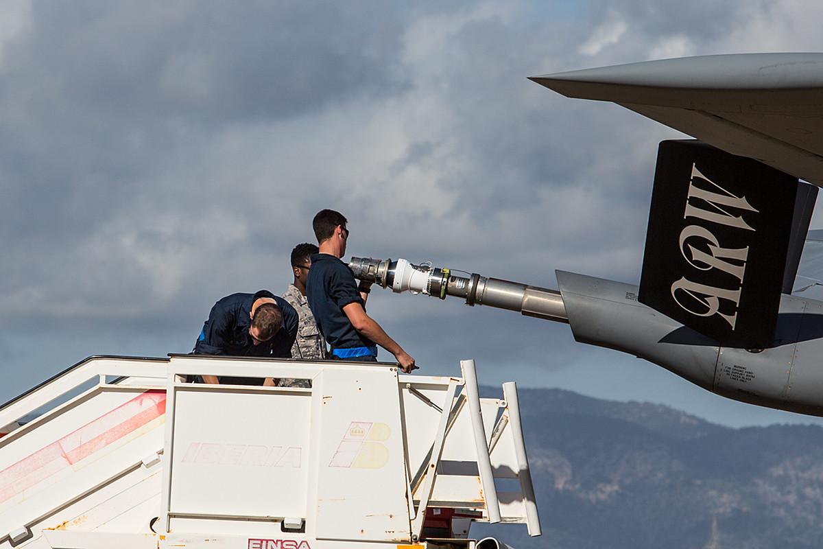 Für die F-18 und die Mirage 2000 mußte der Boom durch einen Schlauch verlängert werden.