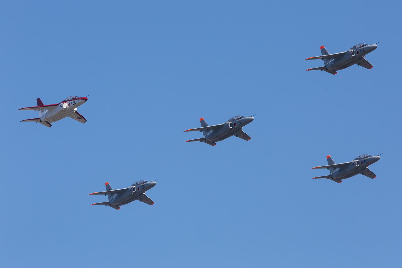 """Die linke T-4 in dieser Formation trägt noch die Farben den """"Red Dolphins"""" aus Ashiya."""