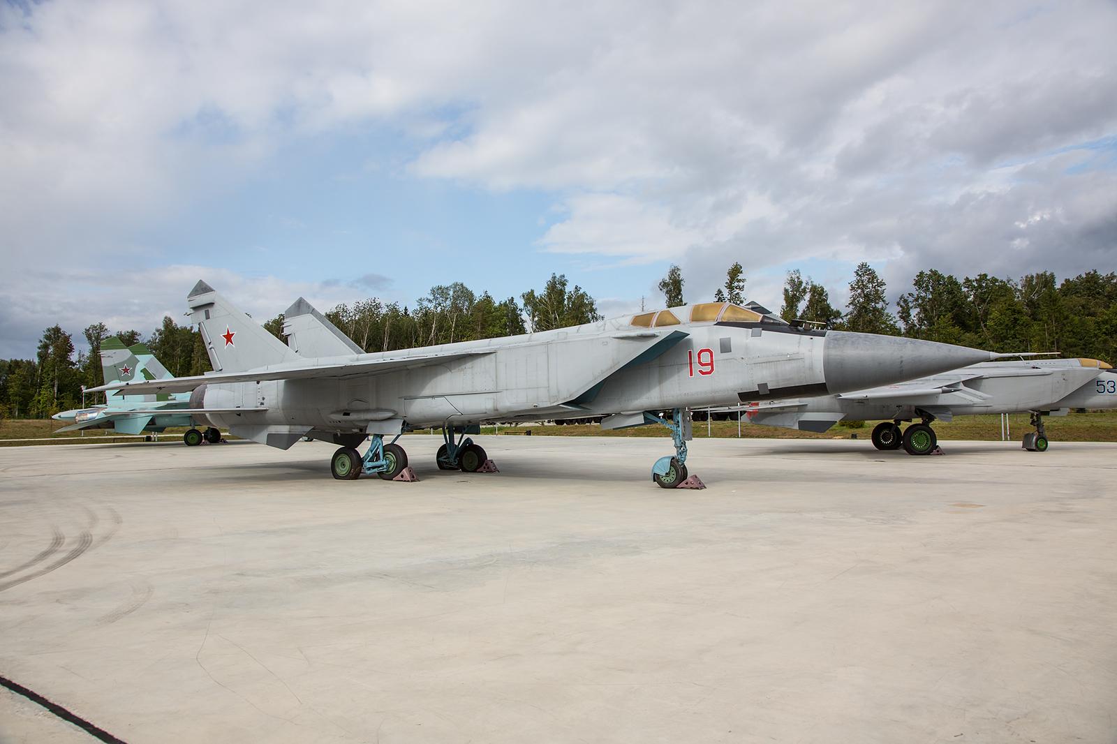 Der Abfangjäger MiG-31. Er soll vorallem Marschflugkörper bekämpfen und ist für hohe Geschwindigkeiten gebaut.