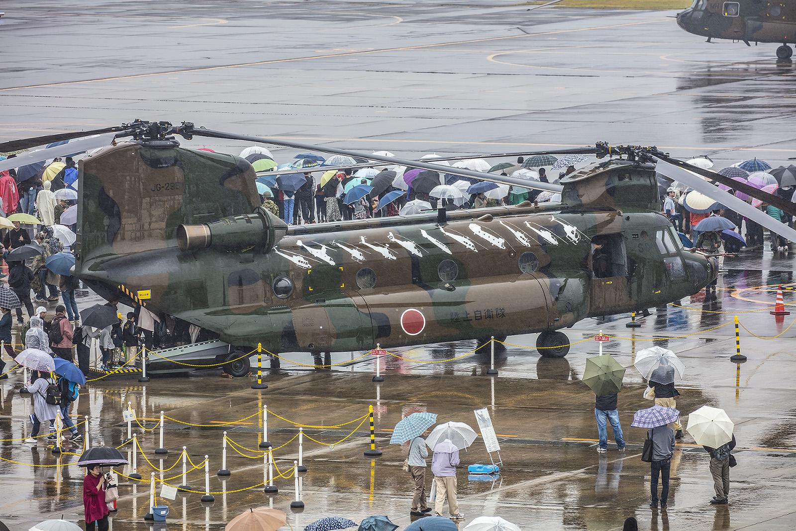 Auf dieser Chinook finden sich alle Muster, die bei der JGSDF im Einsatz sind. Hinten ist schon der MV-22 Osprey zu erkennen.