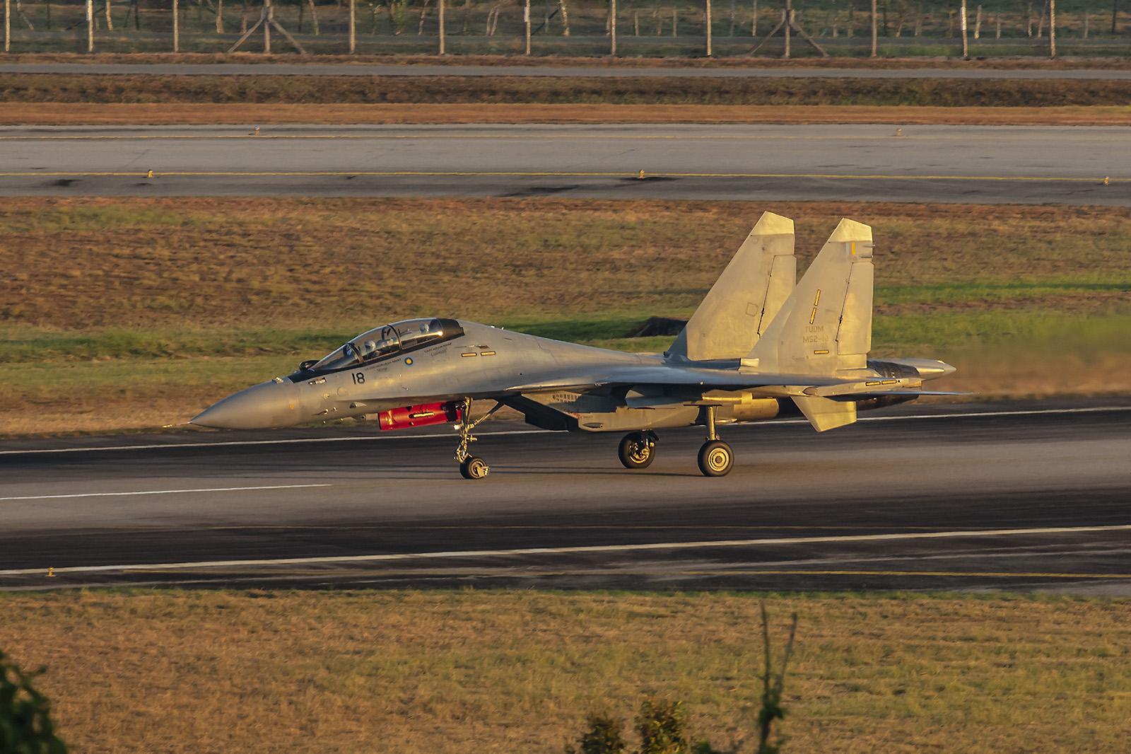 In der goldenen Morgensonnen starten die Fighter für die Eröffnungsfeier.